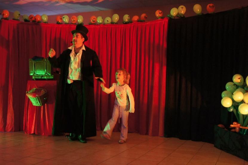 spectacle de magie et ballons avec Fabrizo dans les écoles de Marseille et sa région provence, spectacle pour les enfants bouches du rhône