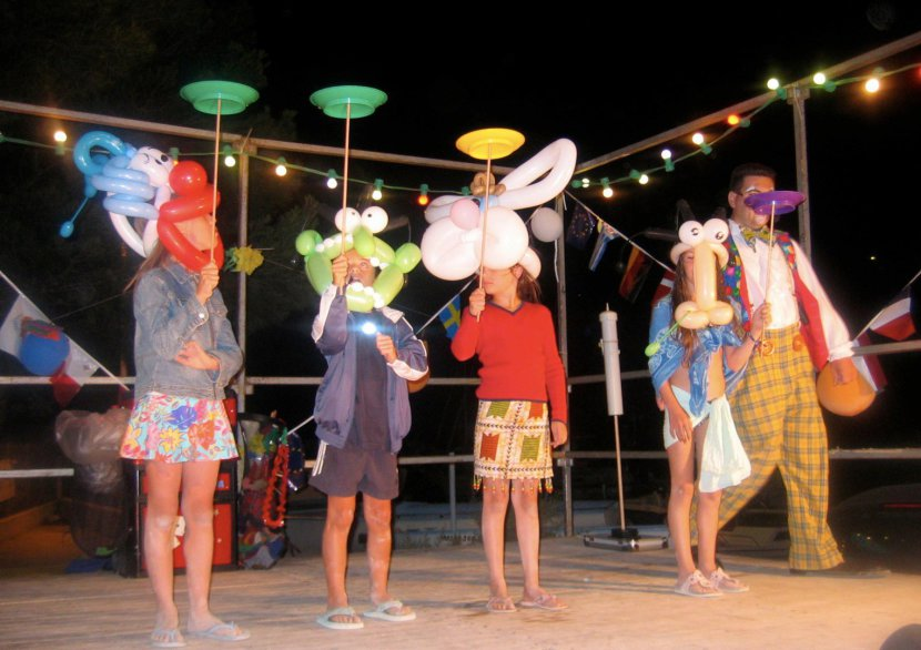 spectacle de clown et ballons sculptés avec Fabrizio le magicien fantaisiste à Marseille et sa région PACA, spectacle comique à Marseille bouches du rhone