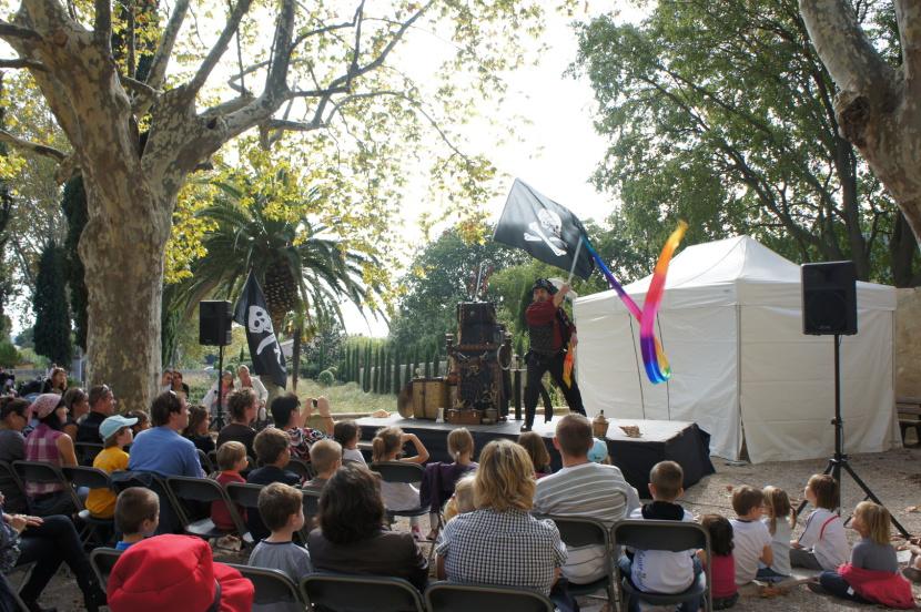 spectacle de magie pour enfants dans les écoles et kermesses avec Fabrizio le magicien pirate à Marseille et région PACA, festival des pirates en provence