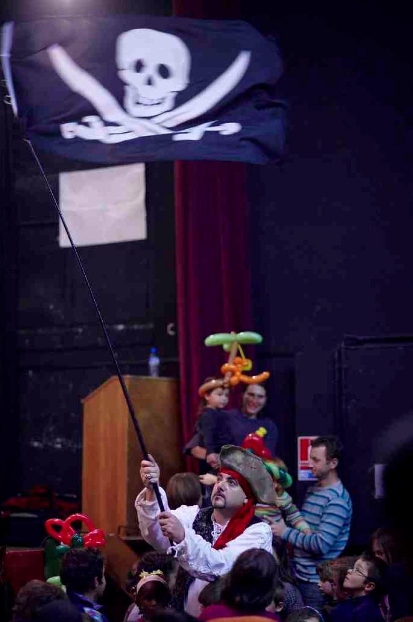 Fabrizio le magicien pirate en spectacle pour enfants à Marseille, magicien pirate en provence, spectacle de magie pirate bouches du rhône