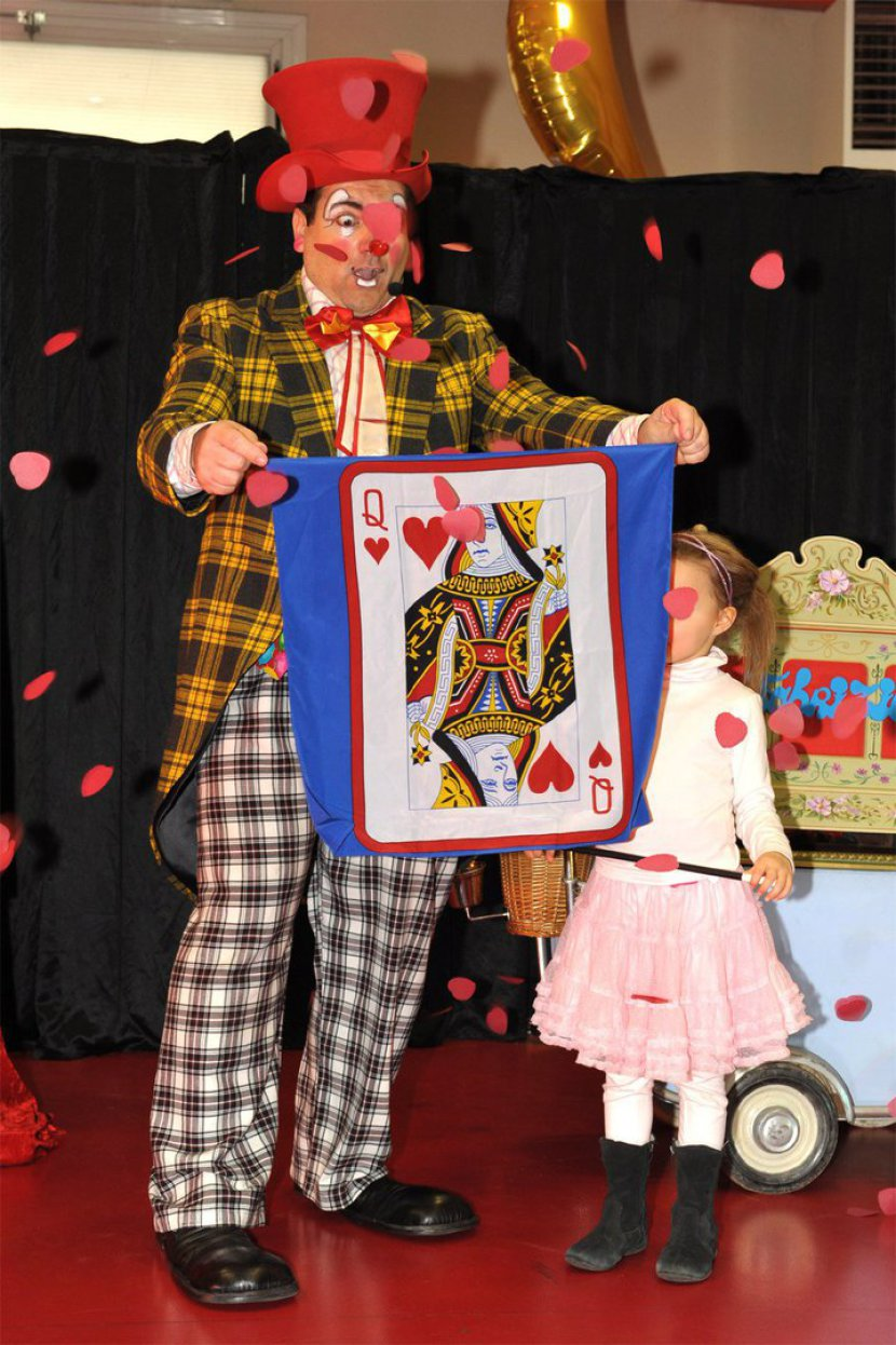 clown magicien avec foulard dame de coeur en spectacle pour enfants dans une école de Marseille et région PACA, Fabrizio le magicien clown bouches du rhône, clown en provence