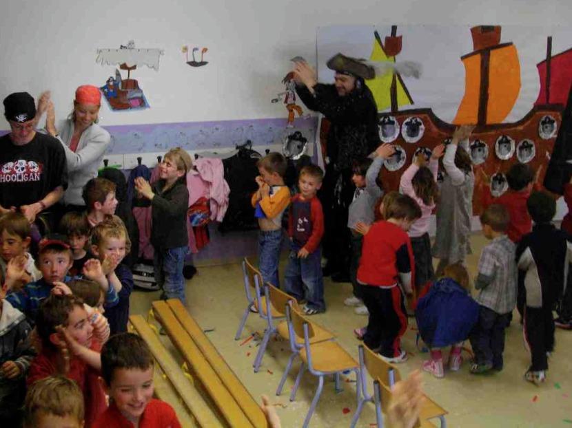 spectacle de magie dans une école avec Fabrizio le pirate artiste à Marseille et région PACA, spectacles pour le écoles marseille