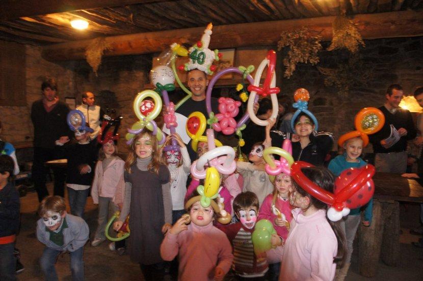 fête d'anniversaire avec des chapeaux en ballons réalisés par Fabrizio le magicien des ballons à Marseille et sa région PACA