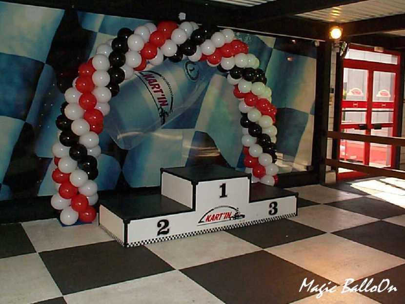 arche en ballons pour Kart'in réalisé par Fabrizio le magicien des ballons à Marseille et région PACA, déco ballons en Provence