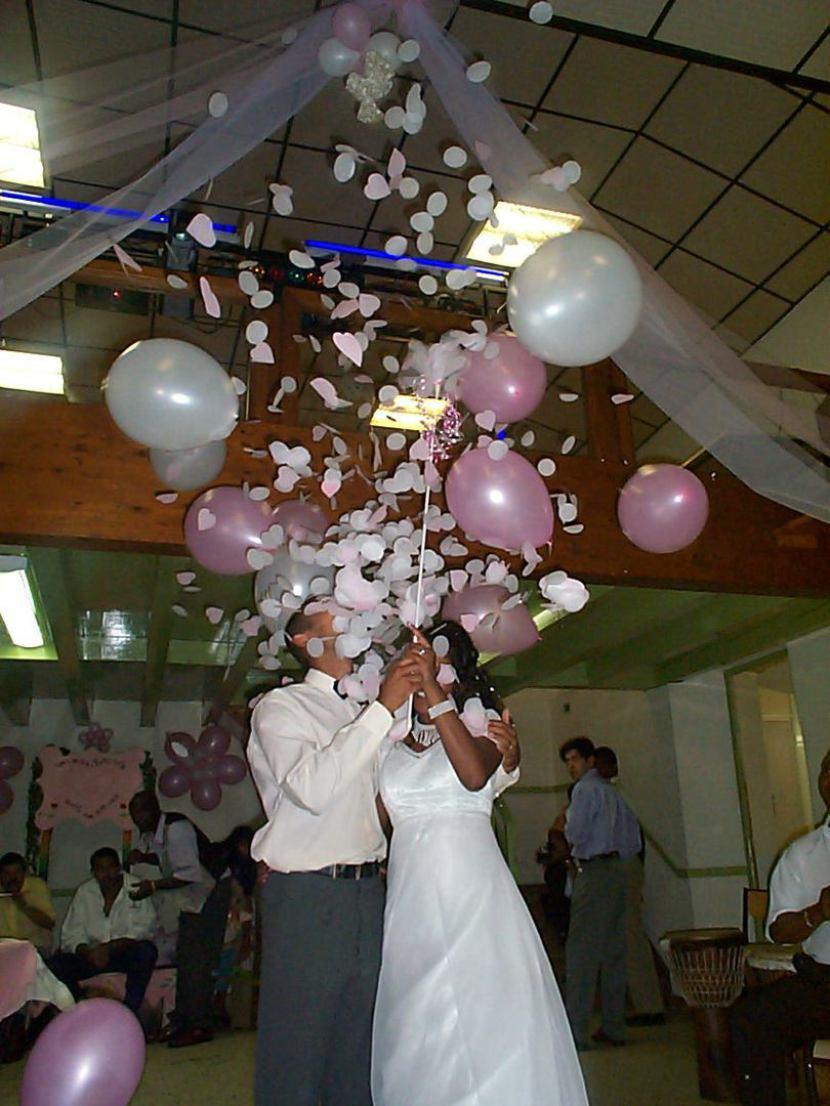 ballons qui explose confettis, décoration mariages à Marseille avec Fabrizio le magicien fantaisiste des ballons en Provence