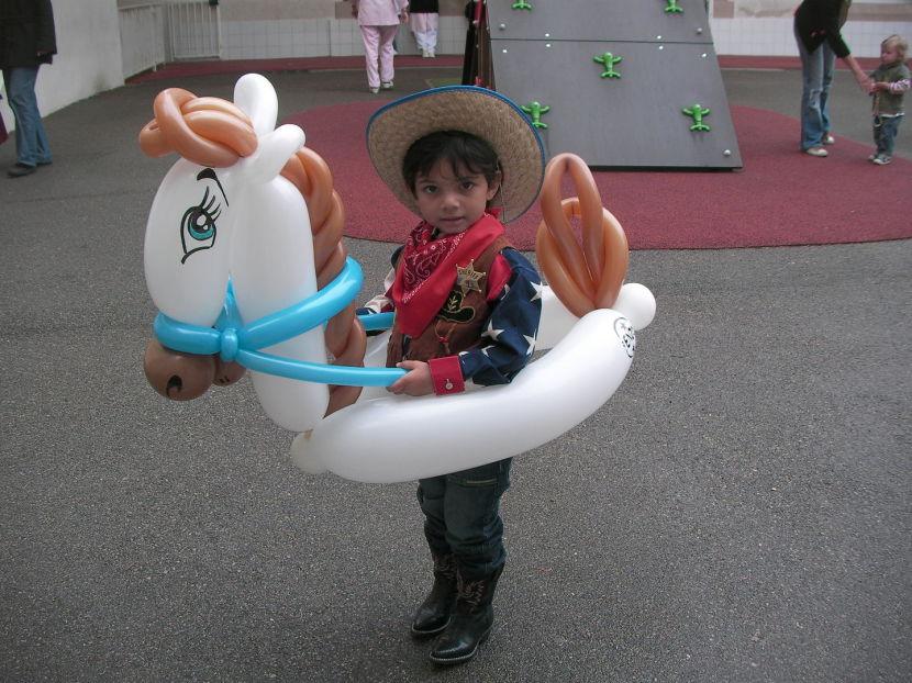 petit cowboy avec son cheval en ballons sculptés par Fabrizio le magicien fantaisiste à Marseille France