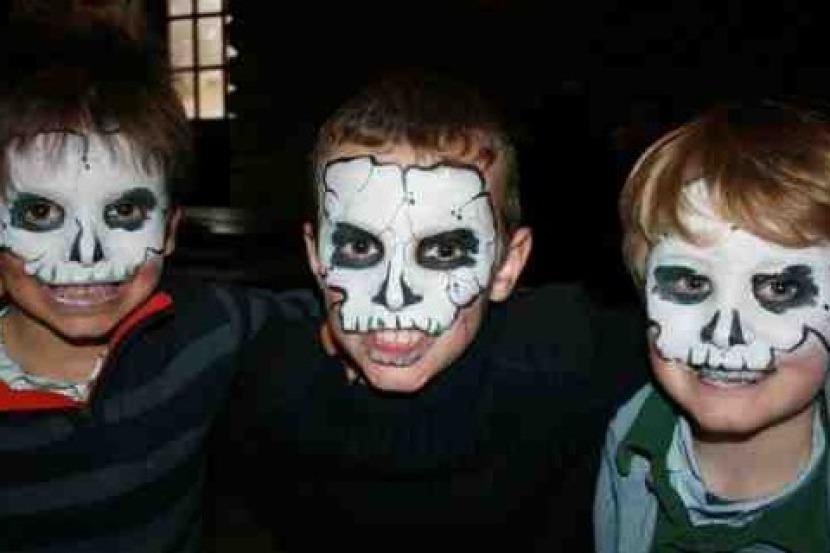 maquillages de tête de mort, maquillages halloween, maquillages de squelette de Fabrizio le magicien fantaisiste à Marseille, magicien maquillages à Marseille
