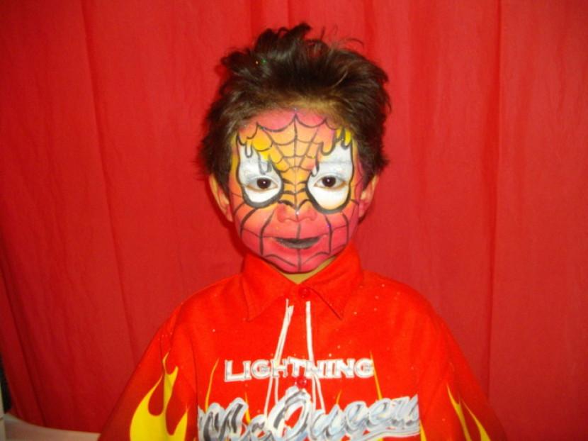 maquillage de spiderman flammes, maquillage de spider-man réalisé par fabrizio le magicien de Marseille