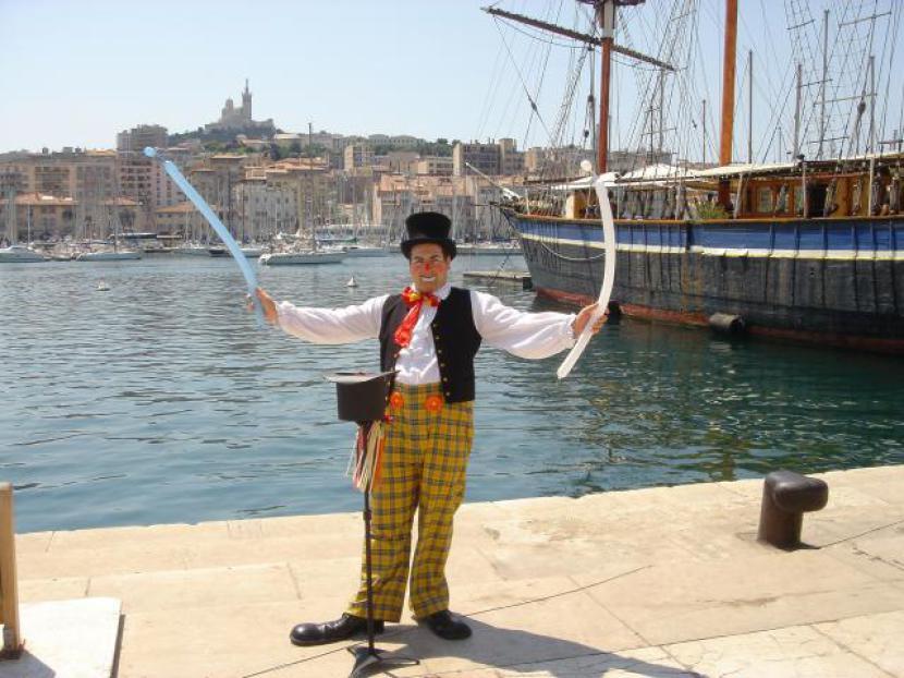 clown sculpteur de ballons à Marseille sur le vieux port, clown magicien à Marseille, Fabrizio le clown à Marseille bouches du rhône