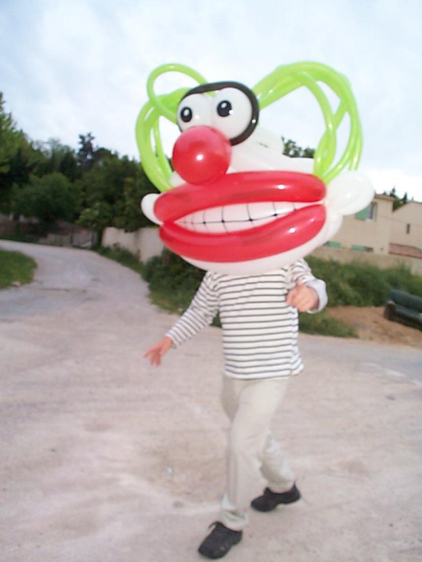 clown géant en ballons sculptés de fabrizio le magicien à Marseille, artiste des ballons en provence