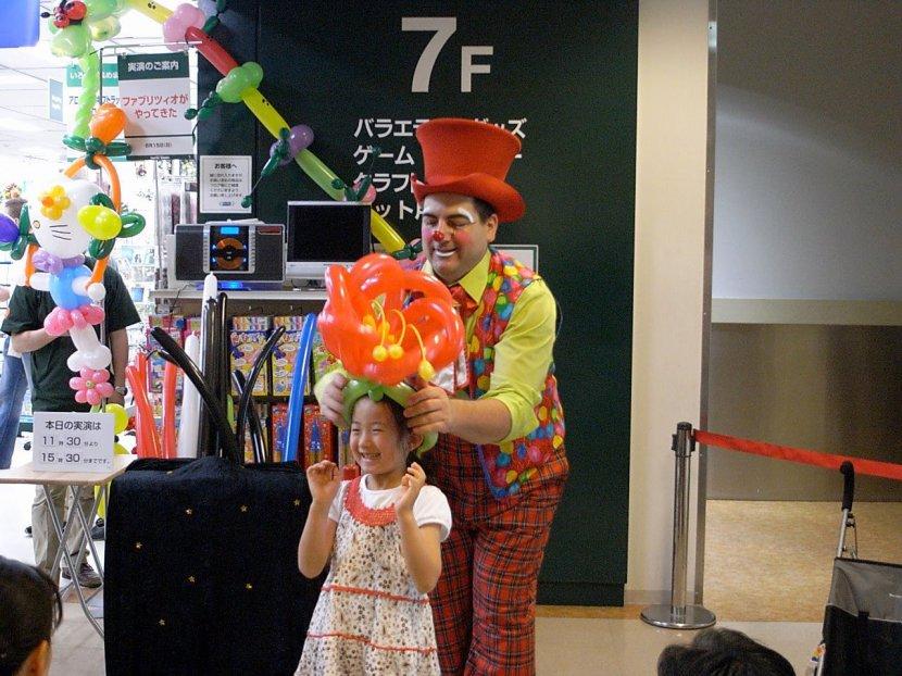 chapeau fleur en ballons sculptés par Fabrizio au Japon, animation clown magicien de Marseille provence