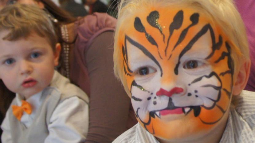 maquillage de tigre orange, animation maquillage de Fabrizio en région PACA, maquillage de tigre de Fabrizio le magicien à Marseille