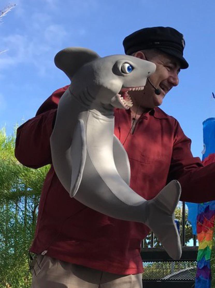 requin marionnette de fabrizio le ventriloque magicien à Marseille, spectacle pour les enfants à Marseille avec fabrizio dans les bouches du Rhône