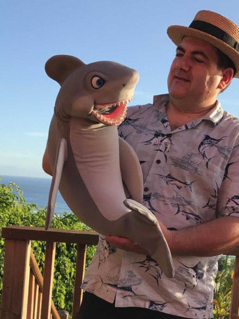 marionnette requin de Fabrizio le magicien des enfants à Marseille, spectacle pour les enfants en Provence et bouches du Rhône, spectacle pour enfants avec Fabrizio le marin magicien de Marseille
