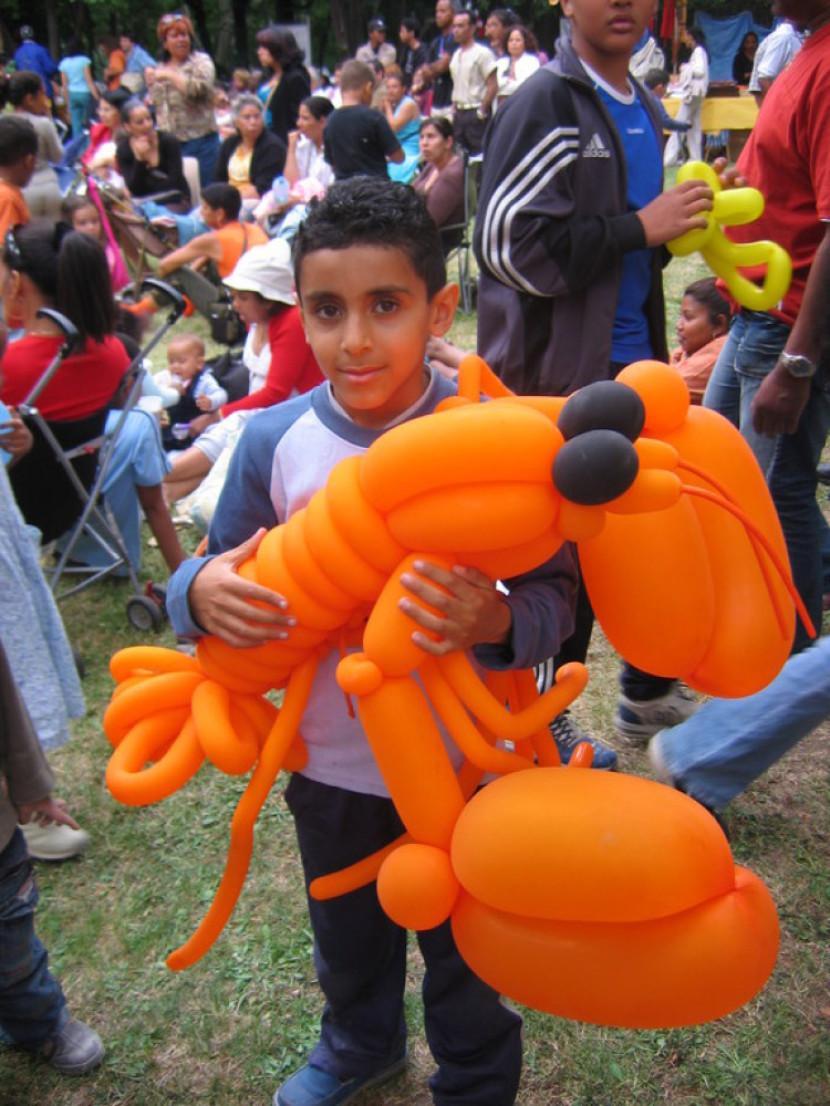 homard orange en ballons sculptés par Fabrizio le magicien fantaisiste de Marseille, homard orange en ballons à Marseille, homard orange