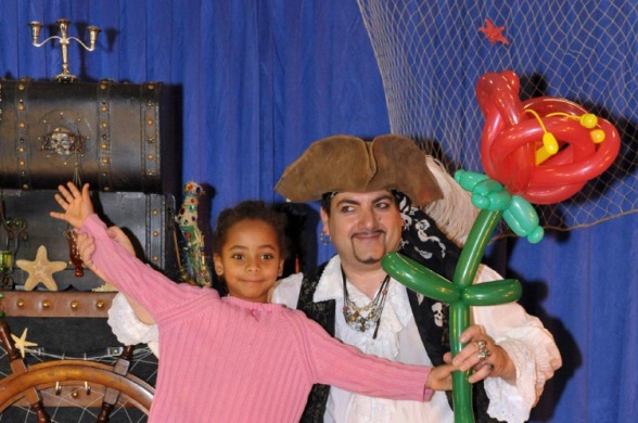 fleur en ballons sculptés par Fabrizio le pirate magicien des enfants à Marseille, pirate magicien et sculpteur de ballons à Marseille, spectacle pour les enfants à Marseille 13