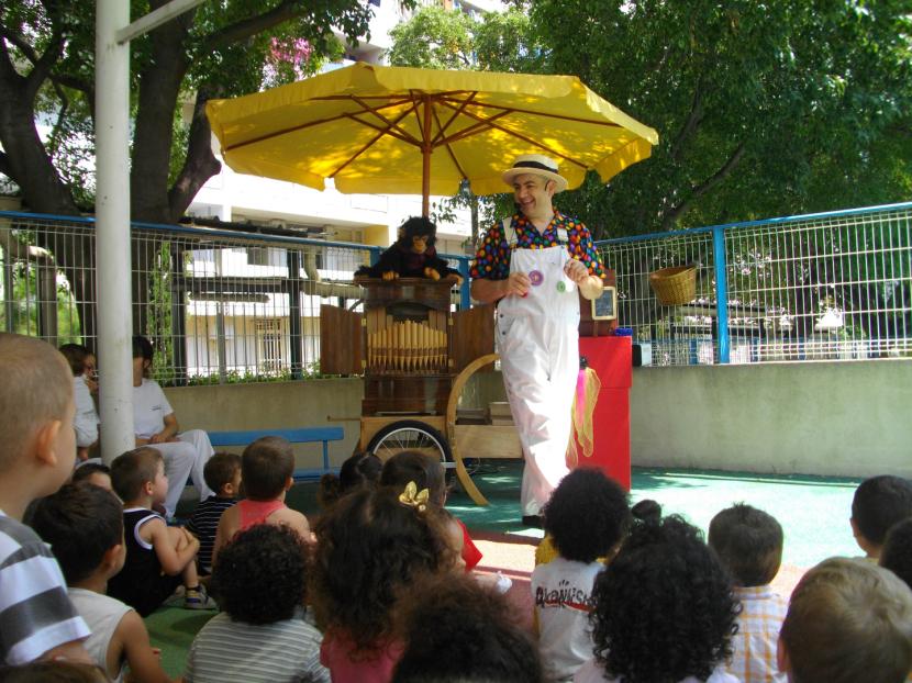 spectacle à l'orgue de barbarie pour les écoles et crèches de Marseille et sa région avec Fabrizio le magicien en Provence
