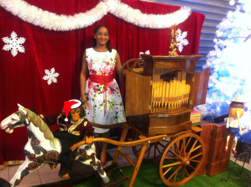 Miss Vanille et son orgue de Brabarie en animation arbre de Noël à Marseille France