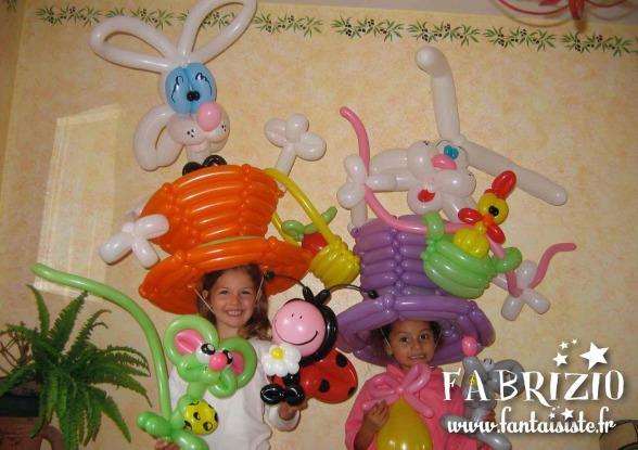 chapeaux anniversaire en ballons sculptés par Fabrizio le balloon twster