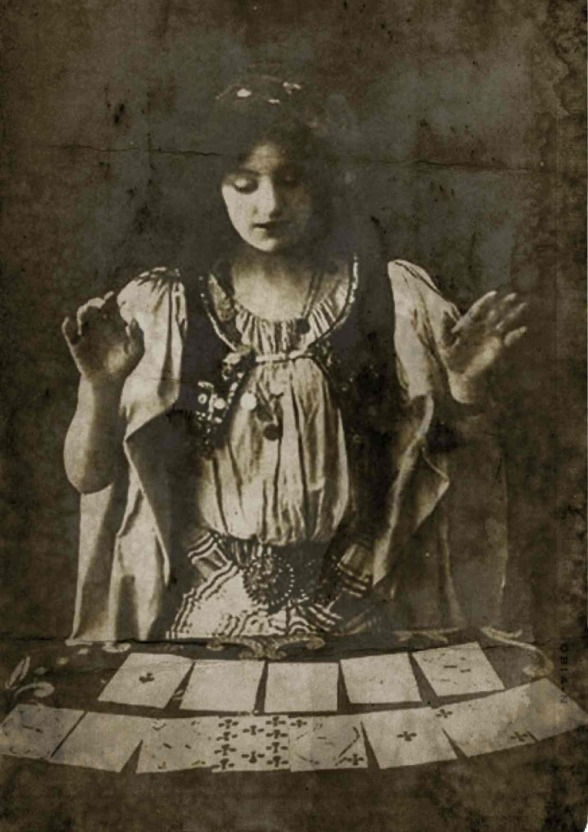 voyante à Marseille, lire l'avenir dans les cartes, magie ésotérique, divination mystiques
