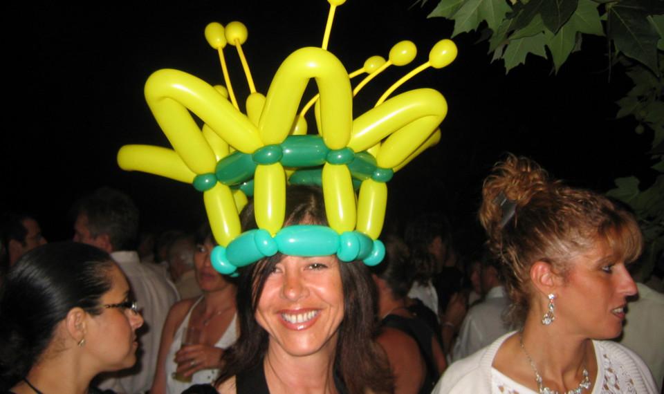 chapeau fleur en ballons sculptés réalisé par Fabrizio l'artiste des ballons en France, sculpteur de ballons pour adultes à Marseille et provence, animation ballons en Provence, sculpteur de ballons à Marseille