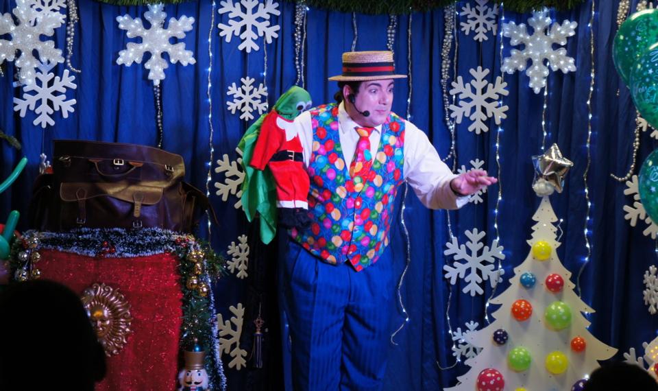 spectacle de Noël, spectacle arbre de Noël avec Fabrizio le ventriloque magicien à Marseille, ventriloque et sculpteur de ballons en provence, spectacles enfants à Marseille