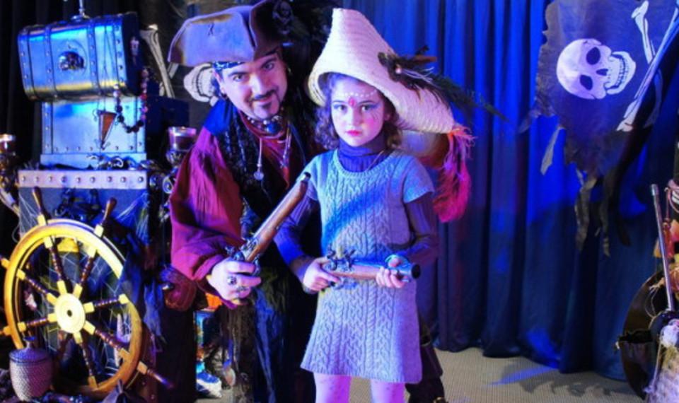 Fabrizio le magicien pirate des enfants à Marseille, l'île au trésor un spectacle enfants à Marseille avec Fabrizio le magicien pirate de Marseille, magicien pirate à Marseille