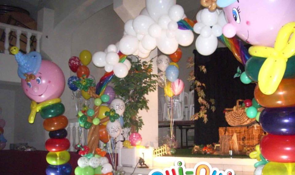 décoration en ballons oui-oui, décoration en ballons pour baptèmes, anniversaires, mariages, créations Fabrizio le magicien fantaisiste à Marseille, décoration ballons en Provence