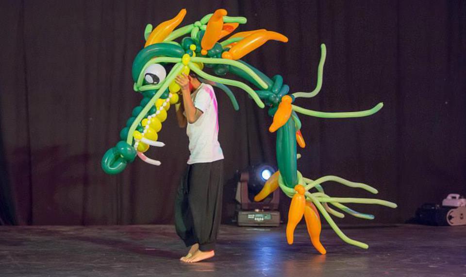 dragon en ballons sculptés par fabrizio le magicien fantaisiste à Marseille et Provence Alpes Côte d'Azur