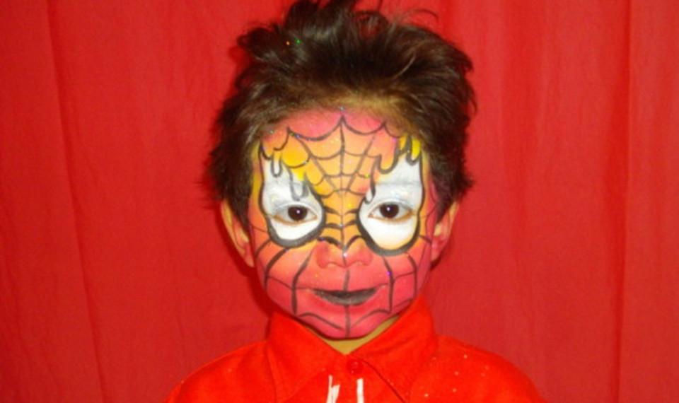maquillage spiderman pour un anniversaire enfants à Marseille avec Fabrizio le magicien fantaisiste de marseille